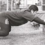 ラグビー タックルの姿勢を体に覚えさせよう。